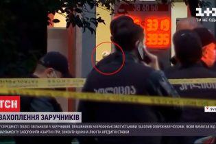 Грузинське МВС повідомило про одного озброєного нападника, який утримує в полоні 9 людей