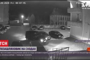 У Львівській області водій припаркував позашляховик на сходах біля багатоповерхівки