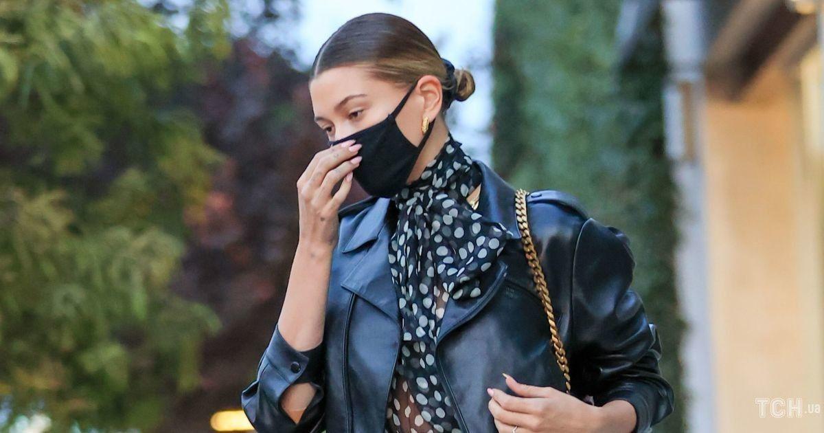 В латексных легинсах и прозрачной блузке: эффектная Хейли Бибер на улицах Лос-Анджелеса