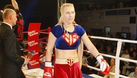 Все через маску: російська ексчемпіонка світу з боксу влаштувала гучний скандал у літаку (відео)