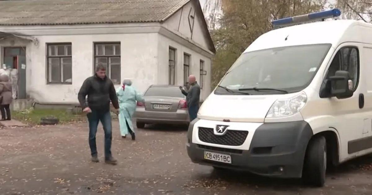 """""""Постійно задихалась, одна легеня не працювала"""": подробиці смерті жінки під лікарнею в Чернігівській області"""