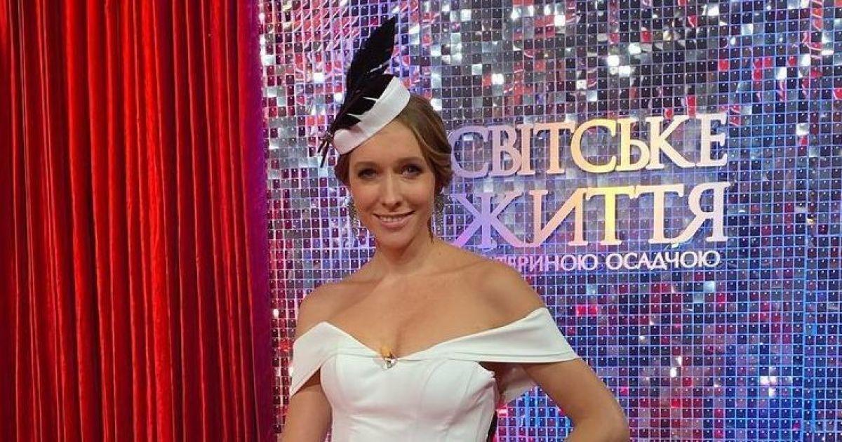 В платье с обнаженными плечами и шляпе с пером: элегантная Катя Осадчая на съемках