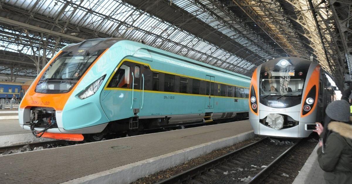 """""""Укрзалізниця"""" почала призначати додаткові поїзди на зимові свята"""