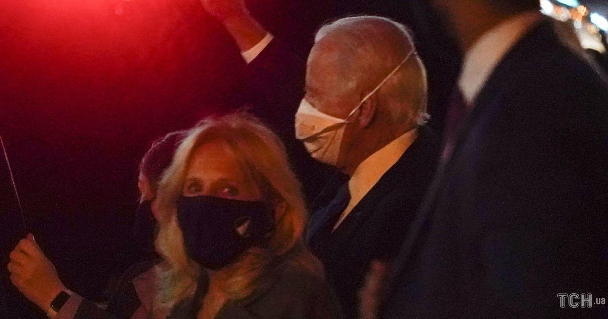 В блузке и обтягивающих брюках: Джилл Байден с мужем в объективах папарацци