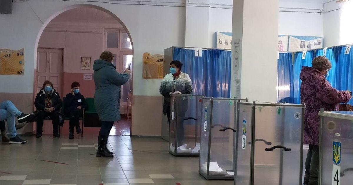 В Донецкой области на участках фотографируются избиратели для участия в розыгрыше iPhone 12