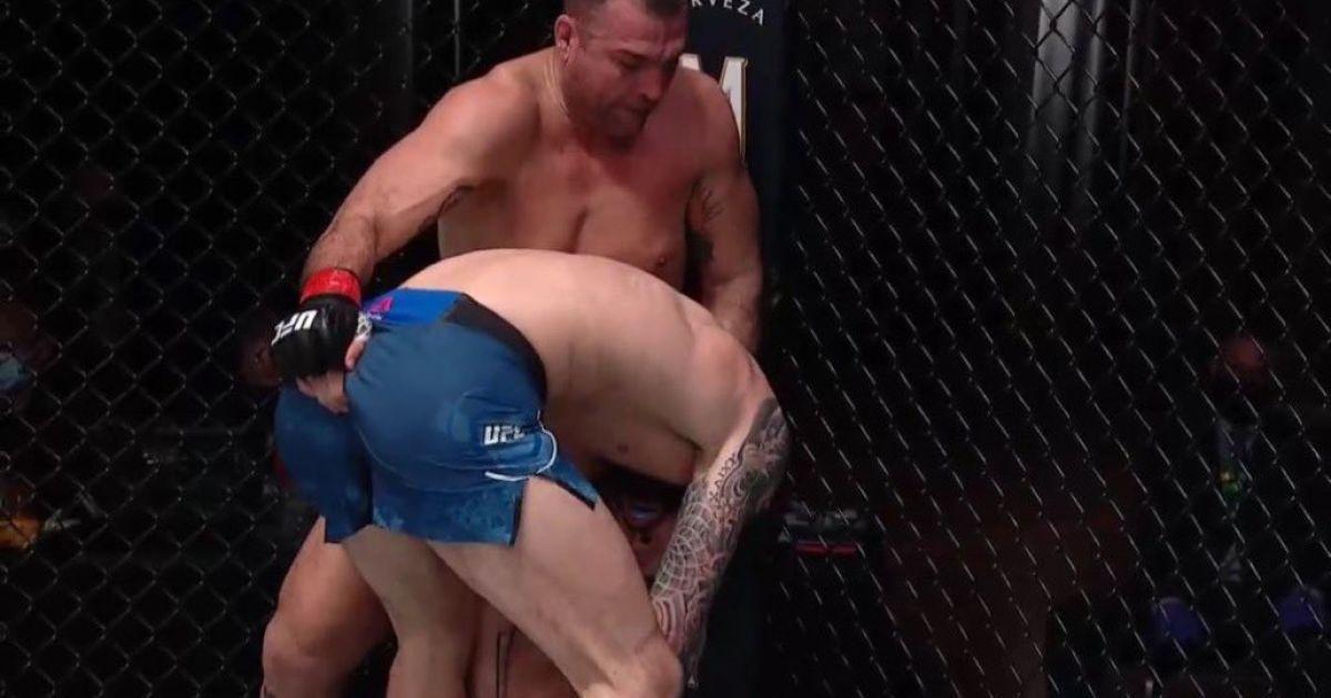 """""""Было воодушевляюще"""": боец UFC засунул палец в задницу сопернику во время боя"""