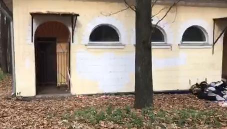 В уборной одного из парков Киева нашли мертвой полураздетую женщину