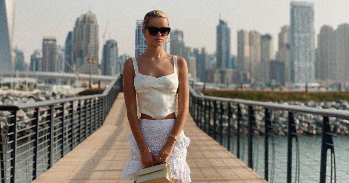В рубашке на обнаженную грудь: Фрида Аасен впечатлила новыми снимками