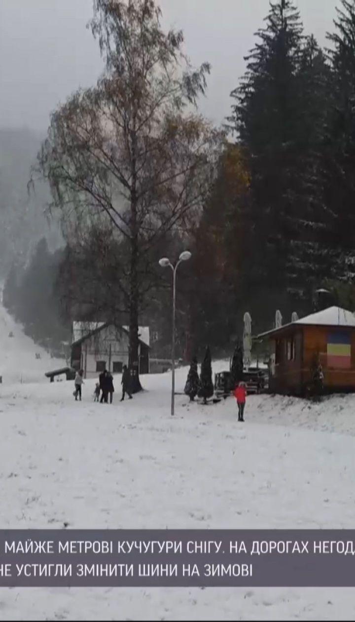 Метрові кучугури та колапс на дорогах: у Румунії випав сніг