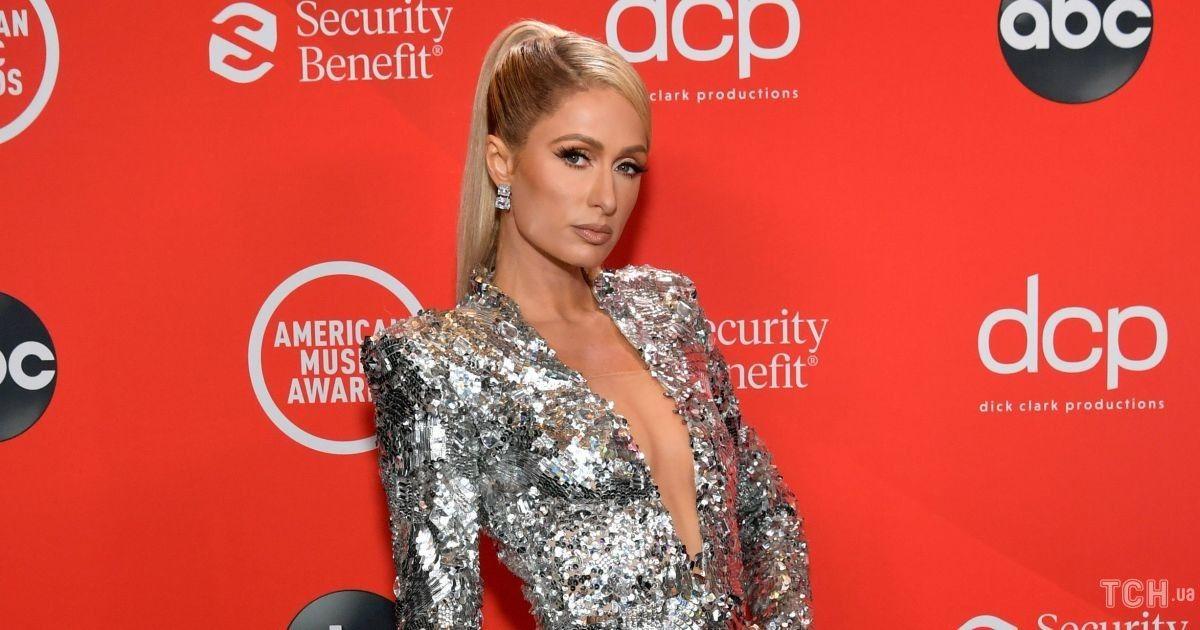 Декольте до пупка: Пэрис Хилтон посетила American Music Awards в эффектном мини