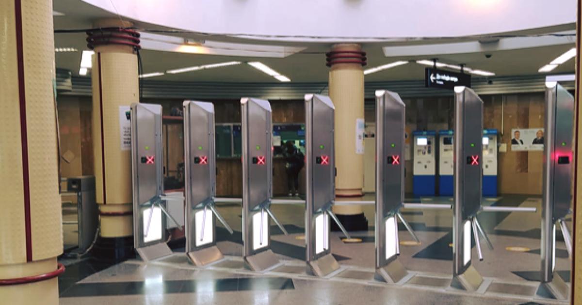 В метро Киева установили турникеты-гиганты, которые невозможно перепрыгнуть