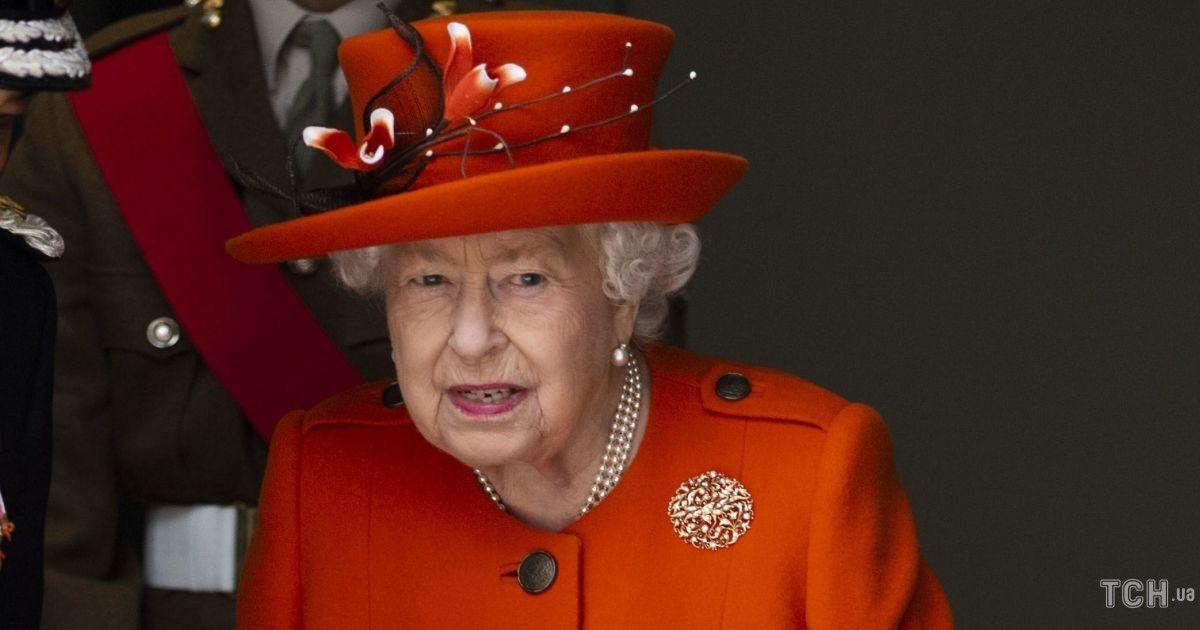 Любимый аксессуар: какие сумки предпочитает королева Елизавета II