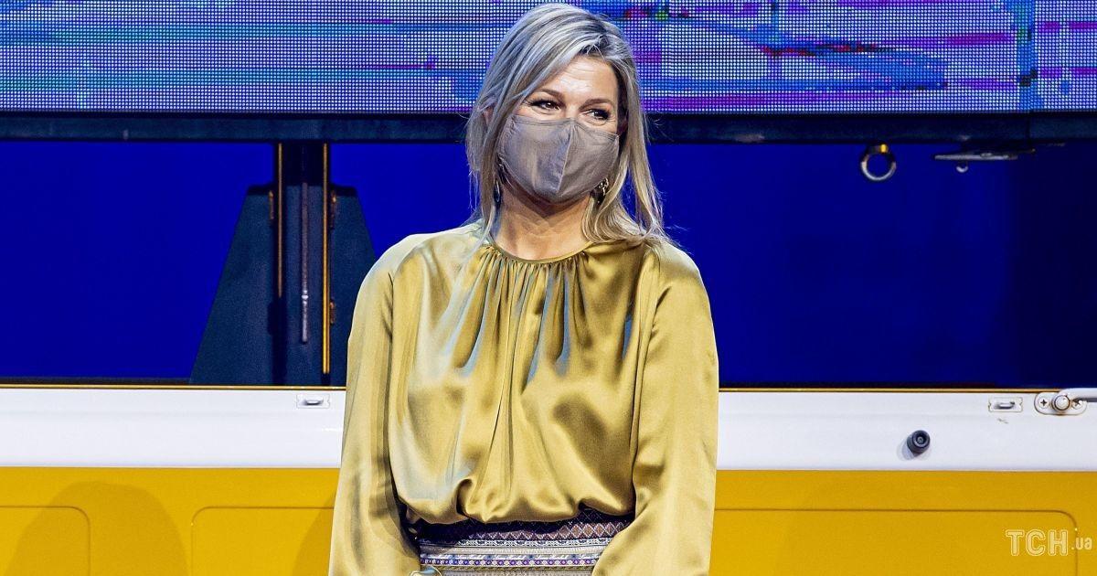 В золотой блузке и юбке с орнаментом: королева Максима на церемонии в Амстердаме
