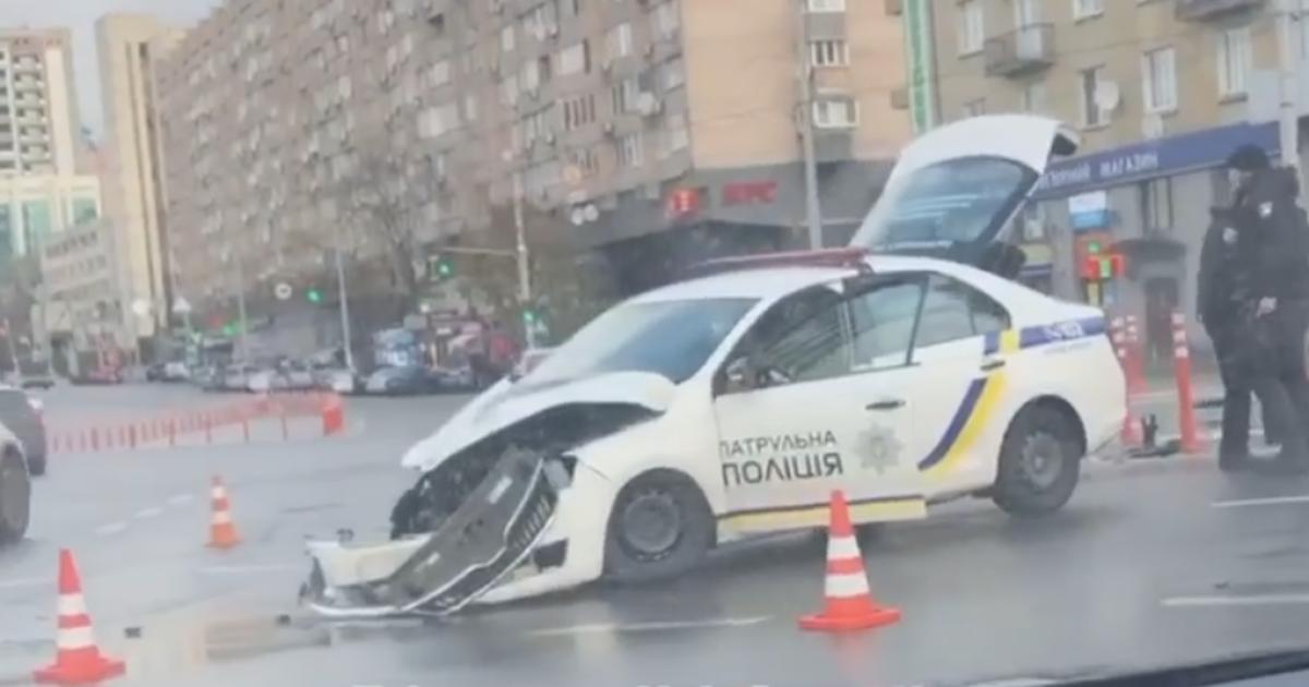 У Києві на площі Перемоги сталася ДТП за участю патрульних на Skoda та Audi: з'явилося відео