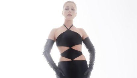 Тіна Кароль у зухвалій сукні та довгих рукавичках посвітила тілом