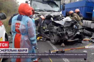 Смертельна ДТП: в Уманському районі дві вантажівки затисли легковик між собою