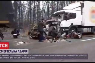 Мама з донькою загинули у легковику, який між собою затисли дві вантажівки