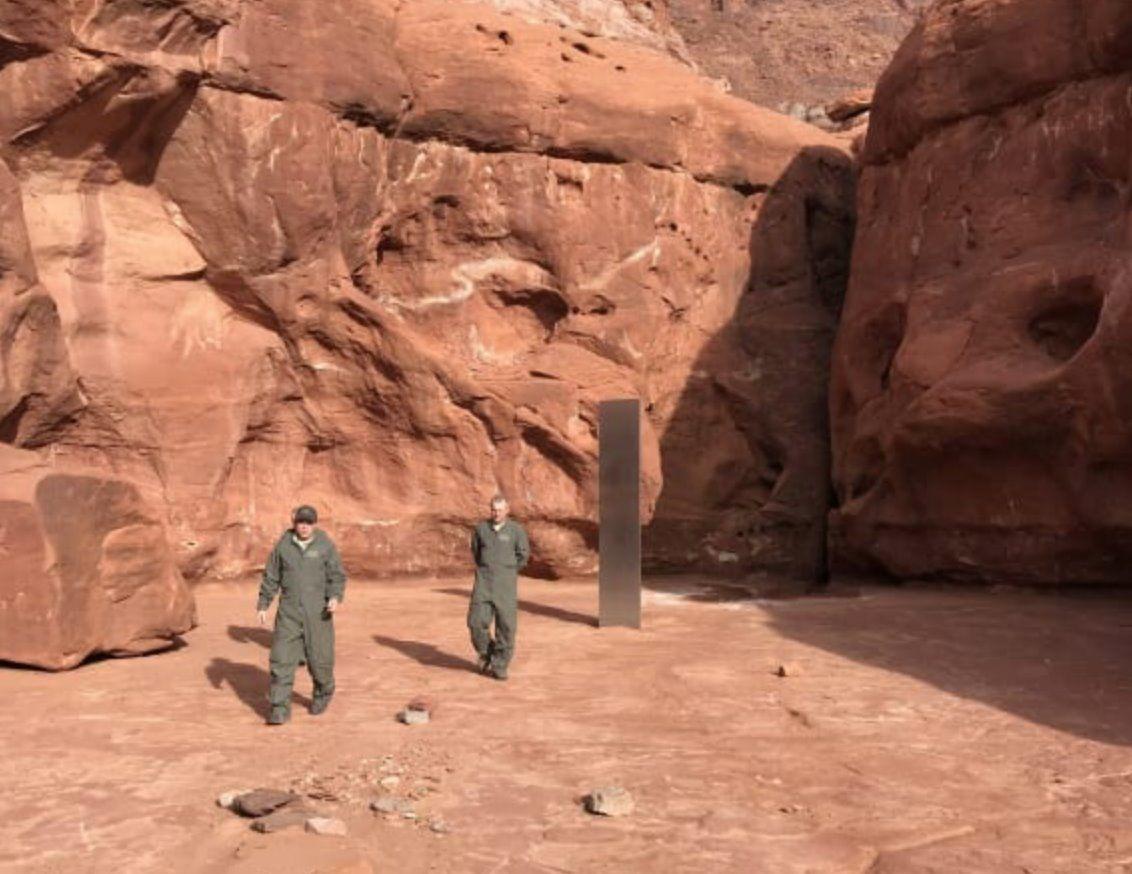 моноліт в пустелі