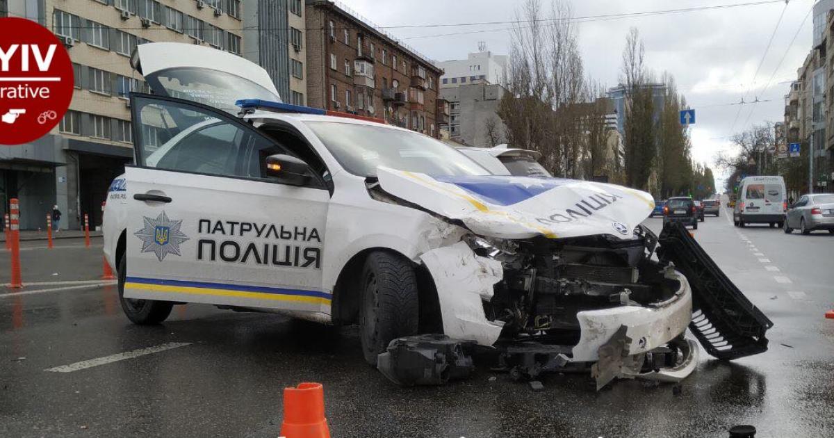 Оприлюднено відео, як столичні патрульні мчали на виклик і розбили свою автівку