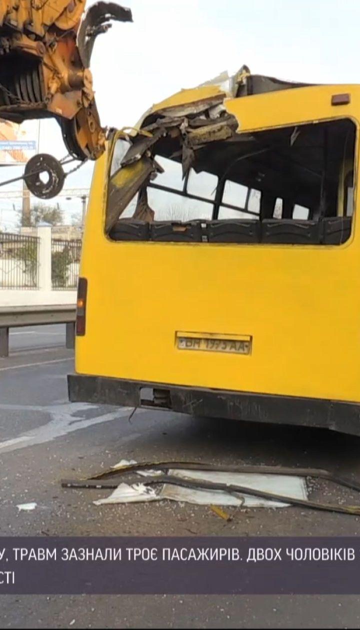 В Одессе автокран въехал стрелой в салон маршрутки, есть травмированные
