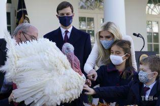 В белом костюме и цветочной маске: Иванка Трамп с детьми посетила мероприятие в Белом доме
