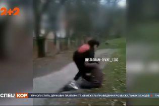 Жорстокі розбірки: відео жахливої бійки дівчат-підлітків з'явилось у рівненських соцмережах