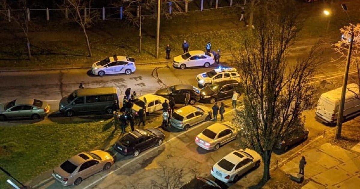 """В Киеве водитель """"Жигули"""" во время бегства от полиции протаранил несколько авто: появилось видео"""