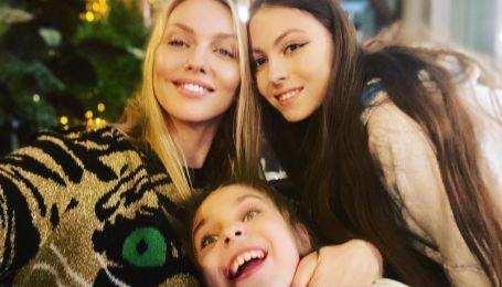 Оля Полякова с дочерьми на Подоле покаталась на колесе обозрения
