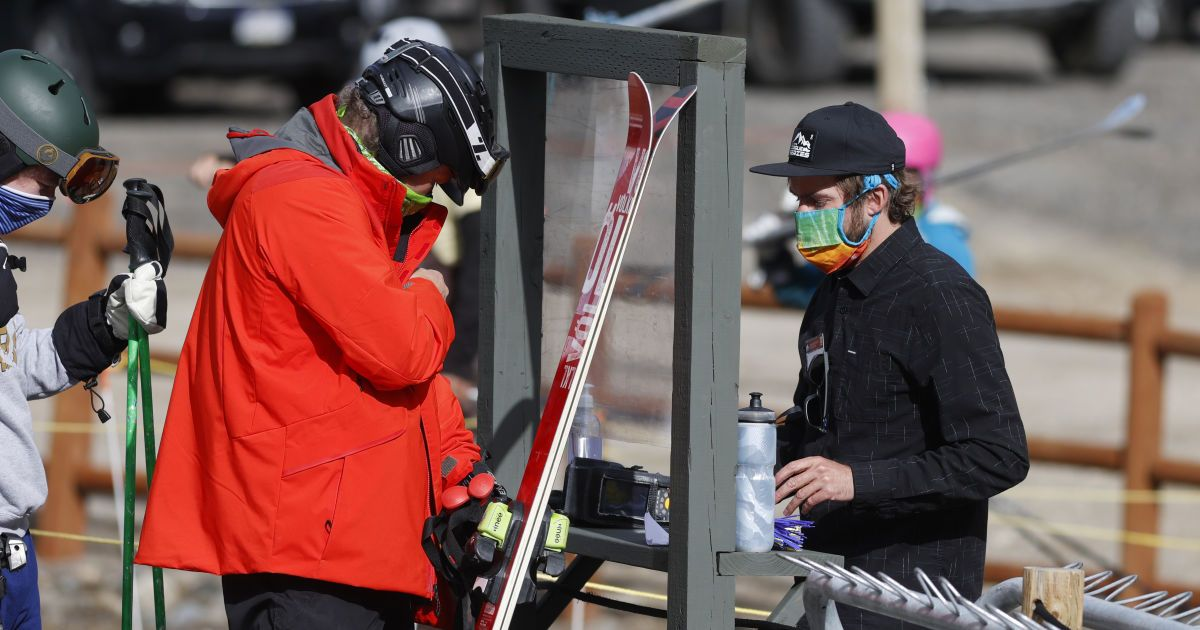 У ВООЗ розповіли, чи можна заразиться коронавірусом під час катання на лижах