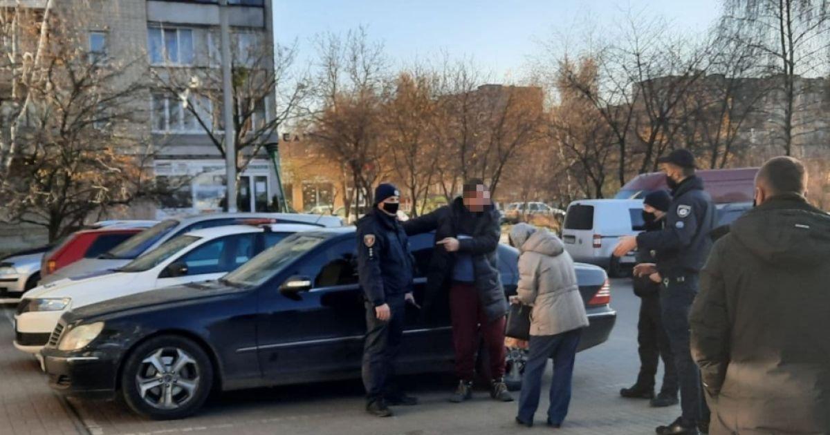 В супермаркете Луцка человек подрался с патрульными из-за маски