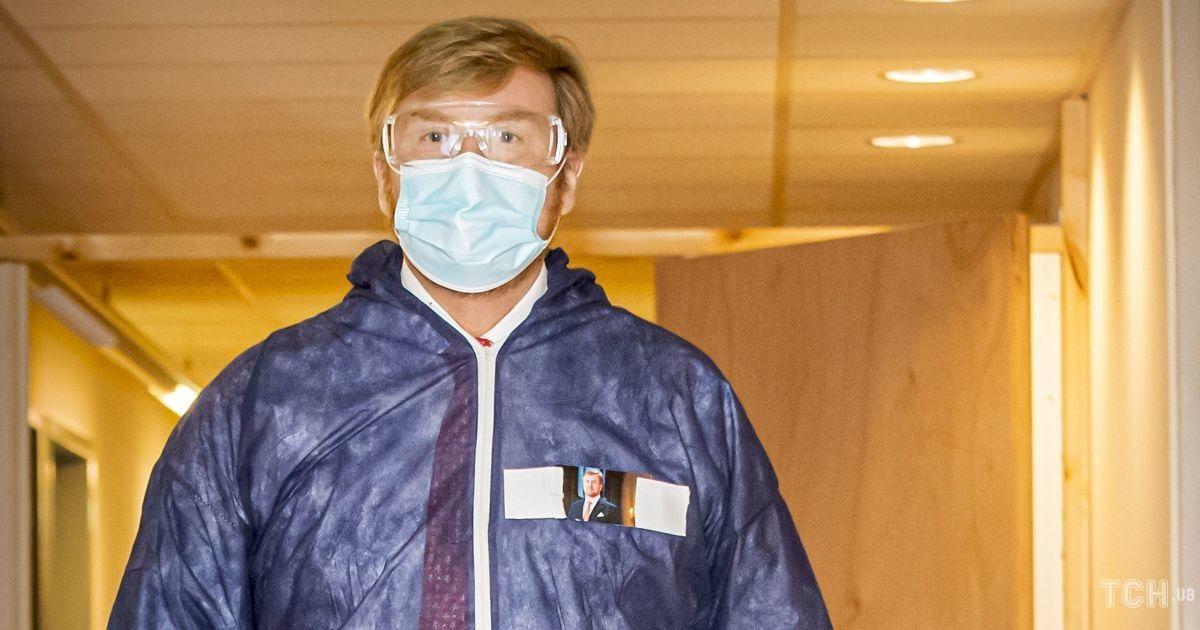 В защитном костюме и очках: король Виллем-Александр посетил рабочее мероприятие