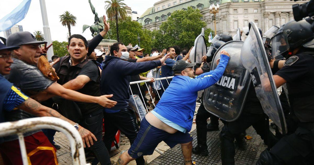 З'явилося відео бійки фанатів і поліції під час прощання з Марадоною: є постраждалі