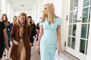 В облегающем платье и замшевых туфлях: Иванка Трамп нежным луком подчеркнула стройную фигуру