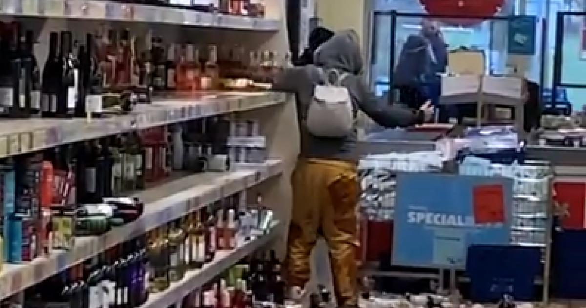 Разбила 500 бутылок с алкоголем и порезала себе руку: в Англии женщина разгромила супермаркет