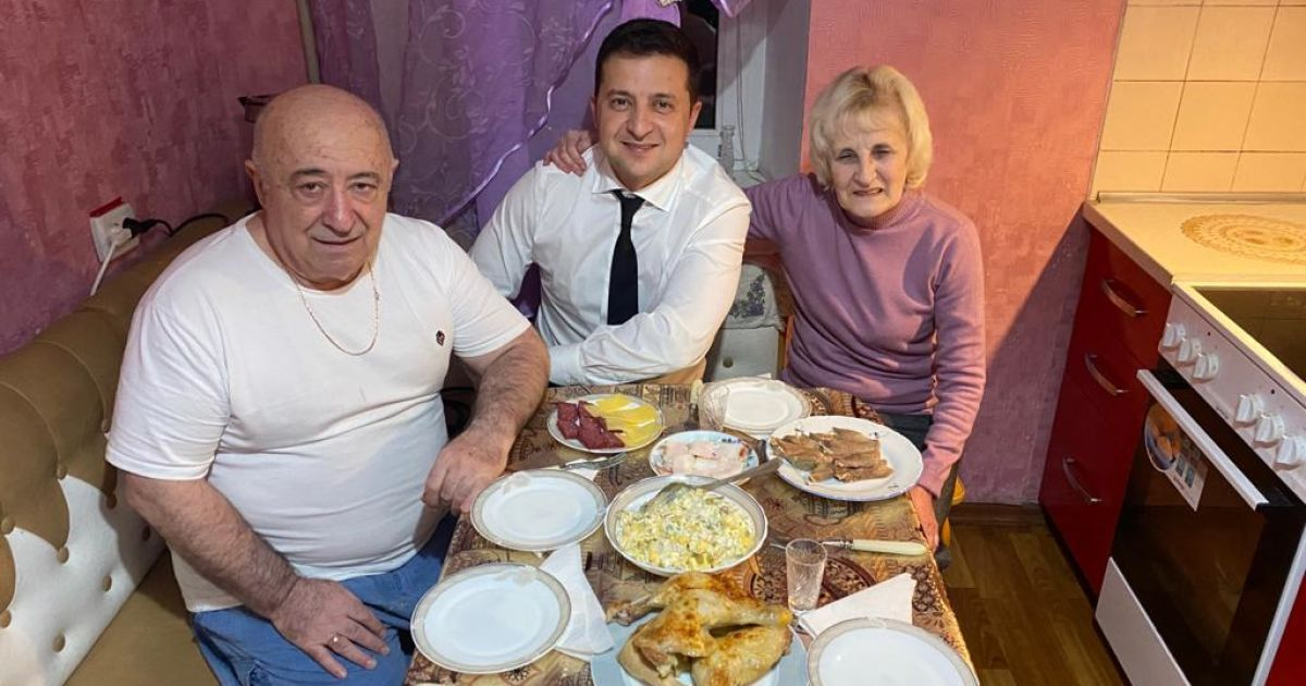 """""""Кривбас, тато, мама"""": Зеленський приїхав до рідного міста і показав батьків"""
