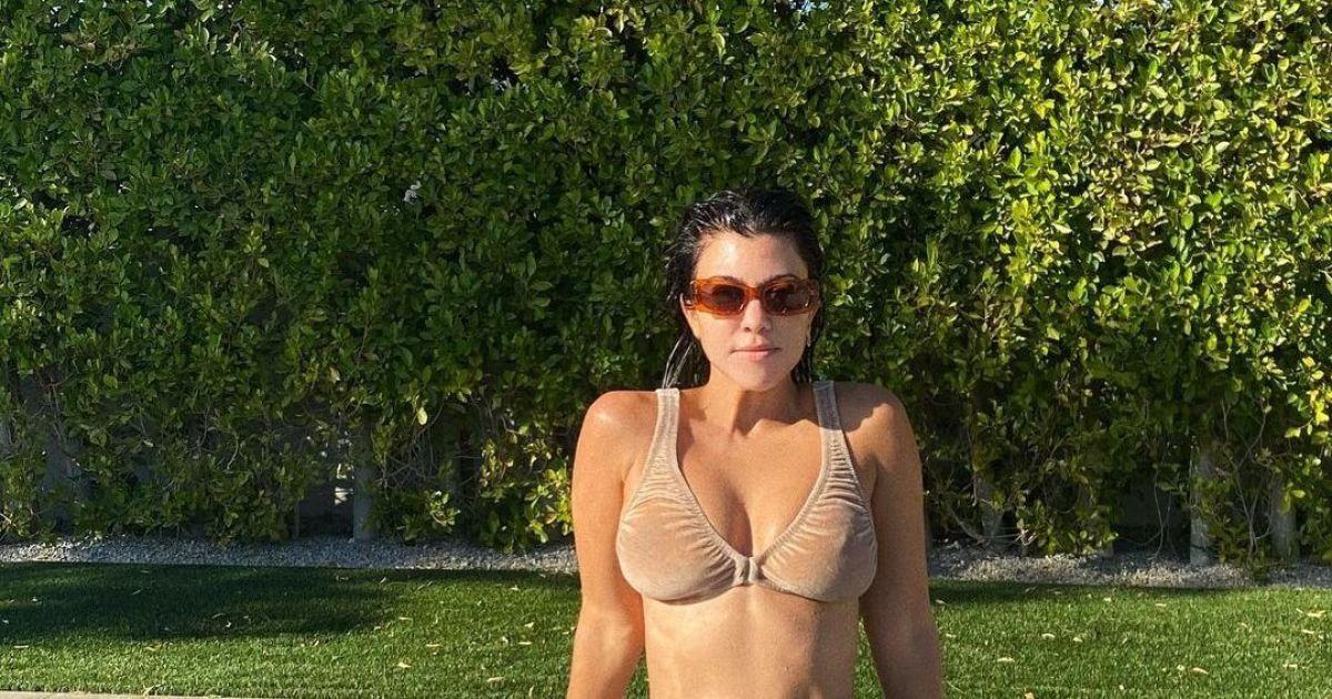 """41-летняя Кортни Кардашян в """"голом"""" бикини эротично позировала возле бассейна"""