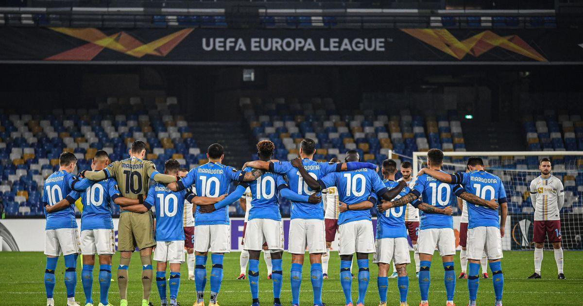 """Гравці """"Наполі"""" вийшли на матч Ліги Європи у футболках з прізвищем Марадони, фанати """"запалили"""" під стадіоном"""