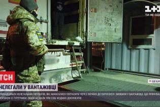 В Одесі на кордоні виявили 13-х нелегалів, захованих у вантажівці