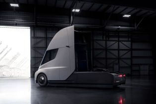 Tesla вивела на фінальні випробування електричну вантажівку Semi та кросовер Model X: відео