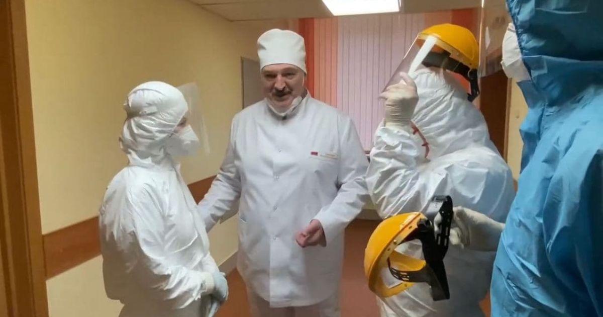 У медичному костюмі, але з маскою на підборідді: Лукашенко приїхав у коронавірусну лікарню і знехтував безпекою