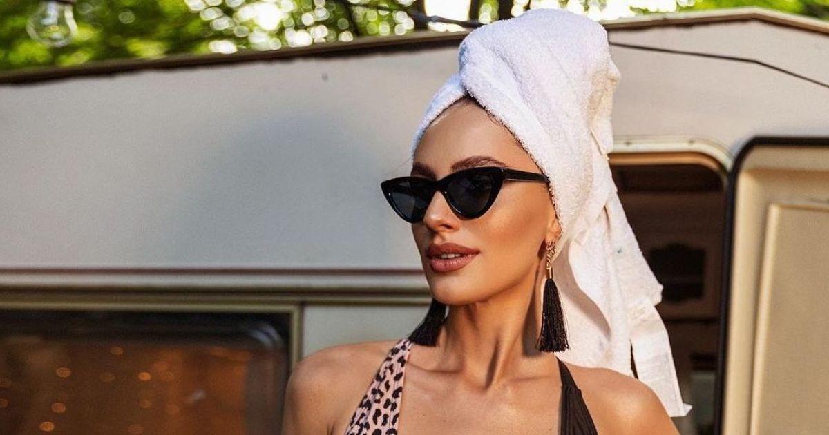 """У леопардовому купальнику та з рушником на голові: фіналістка шоу """"Холостяк"""" у звабливому образі поїла піци"""