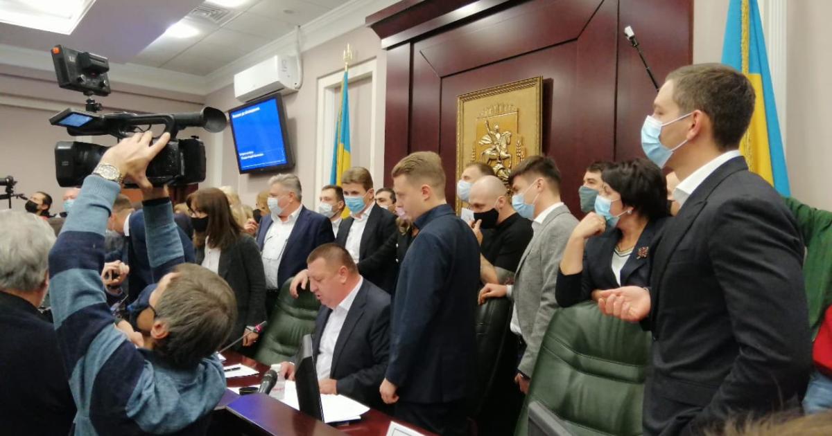 В Киевском облсовете произошла драка из-за депутата с коронавирусом: появилось видео