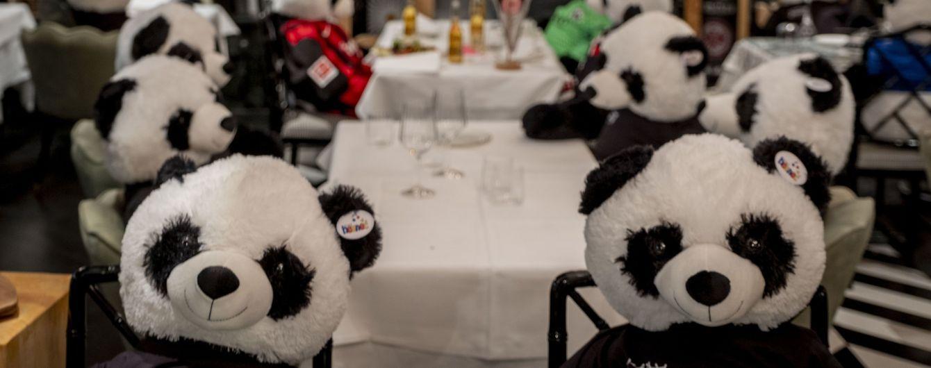 Панди замість відвідувачів: у Німеччині ресторатор заповнив заклад сотнею плюшевих ведмедиків