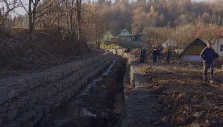 В селе на Прикарпатье построили новое берегоукрепление: почему селяне возмущены