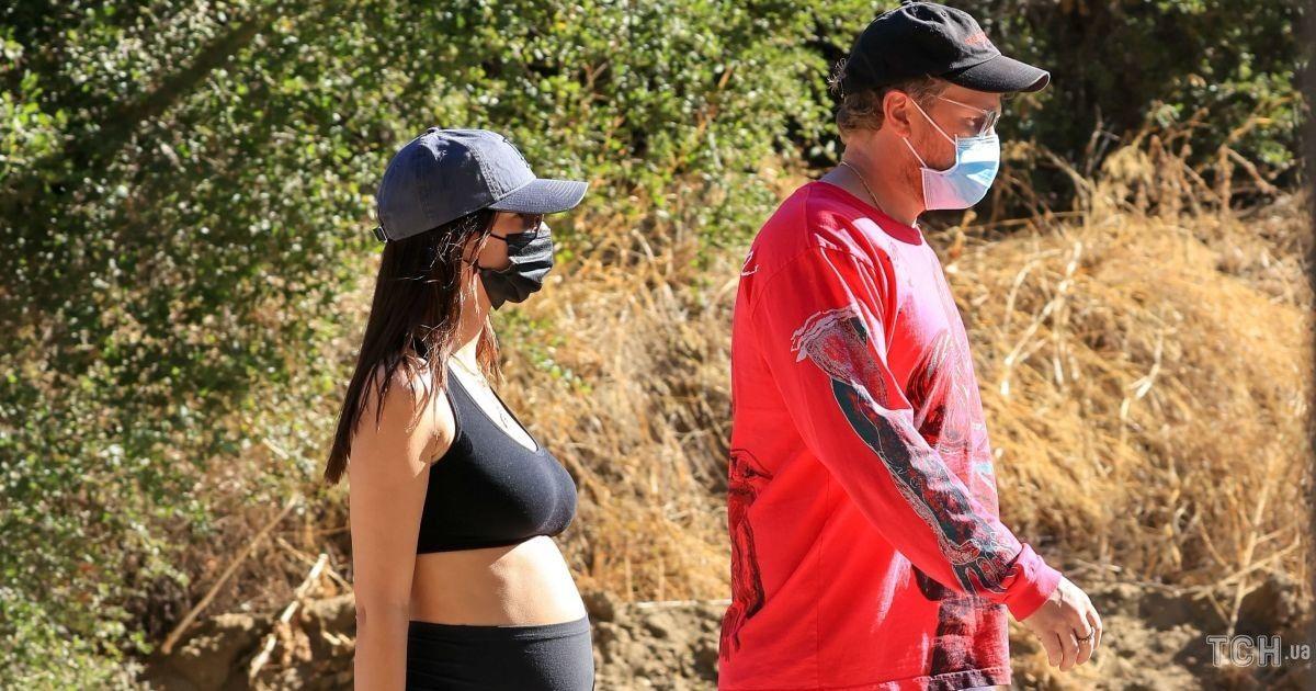 В лосинах і топі: вагітна Емілі Ратаковскі на прогулянці в Лос-Анджелесі