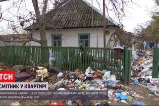 У Дніпрі копи забрали з оселі голодних дітей, які копирсалися в смітті