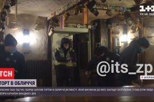 У Запоріжжі власник кафе заліпив тортом в обличчя активісту, який викликав патрульних до закладу