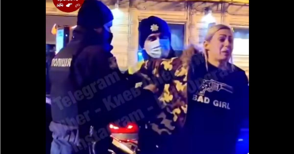 В центре Киева пьяная женщина подрезала другую машину и устроила скандал с копами: появилось видео