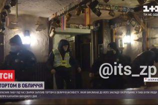 В Запорожье владелец кафе напал на активиста, залепив ему в лицо торт