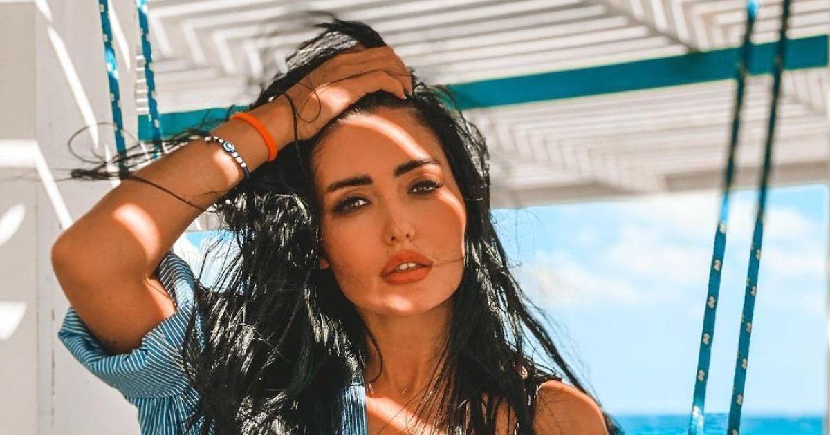 В черном бикини и босиком: сексуальная Анна Добрыднева покаталась на качелях